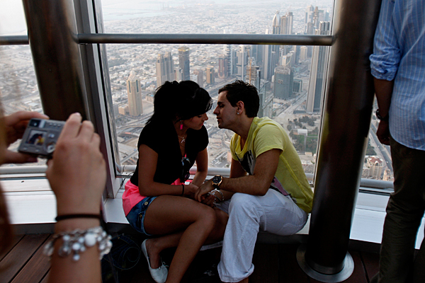 dubai-public-kissing
